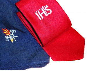 Besticktes Tuch mit Feuerwehremblem und bestickte Krawatte mit Firmenlogo