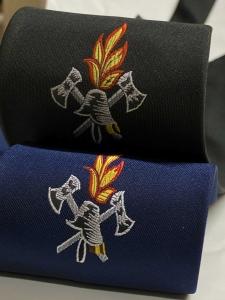 Feuerwehr-Krawatte gewebt mit Feuerwehremblem Axt Helm und Flamme