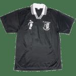 Fussballtrikot mit Druck von Vereinswappen