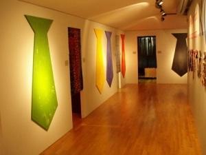 Kunstausstellung über Krawatten mit gesponserten Krawatten von Harry Haag
